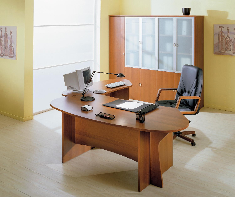 Сидит в рабочем кабинете 10 фотография
